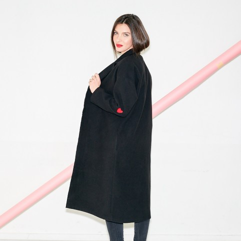 Manteau long noir avec coeurs